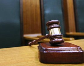 Суд приостановил дело по иску ОФК-банка к производителю водок «Столичная» и «Путинка»