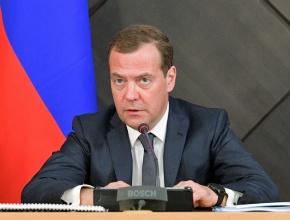 Медведев упразднил правкомиссию по регулированию алкогольного рынка