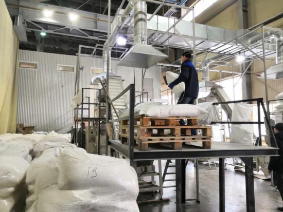 Управляющий ТС «Байрам» Павел Антипин: «Все продукты, в том числе и социально значимые, имеются в полном объеме, никаких проблем нет, наши магазины обеспечены всеми товарами...». ФОТО